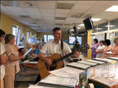 Pacientům Dialýzy Šumperk přišel zazpívat koledy primář s kolektivem zdravotníků